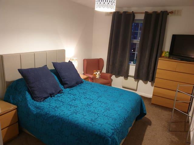Double bedroom in Swindon