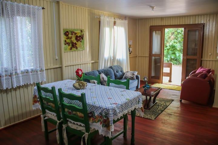 Cozinha e Sala de estar, com sofá cama , confortável para 02 pessoas