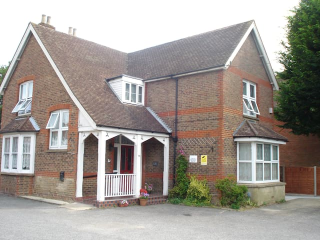 Masslink Guest House Twin Bedded Room - Horley