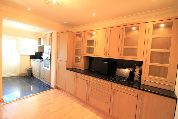 Well lighted room - Bromley