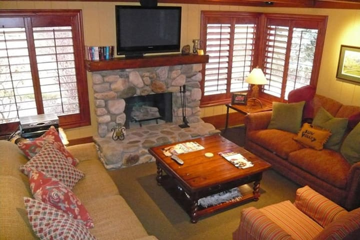 Charming Sun Valley Condo with Wifi and mountain views