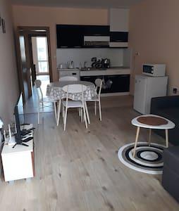 Нов двустаен апартамент край морето