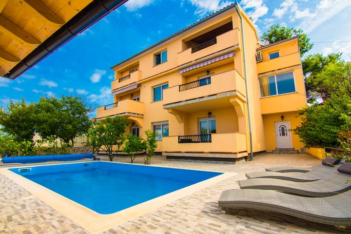 Close to sea&city/ Pool&grill Apartment Blue