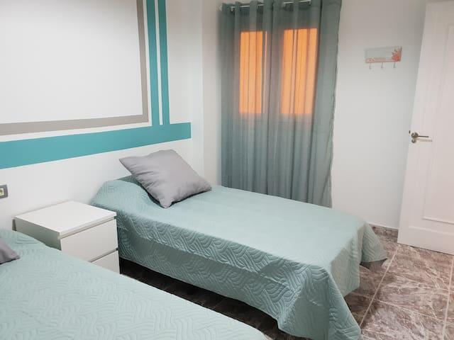 Dormitorio con dos camas y gran armario