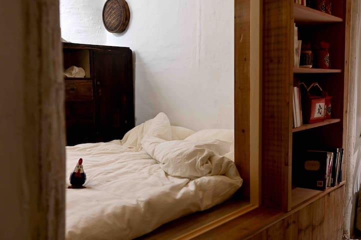 客厅的右边拉开移门,就是一间榻榻米卧室,可坐、可卧多功能卧室。在这里保留了绍兴人老房子的柜子,坐下来可以看到窗外的水景,头枕着溪水入梦。一张绍兴清咖曾经使用过的桌子,承载很多绍兴人的美好记忆。