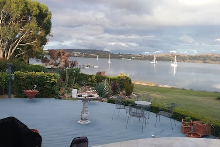 Amazing waterside setting amidst beautiful gardens - Triabunna - Lägenhet