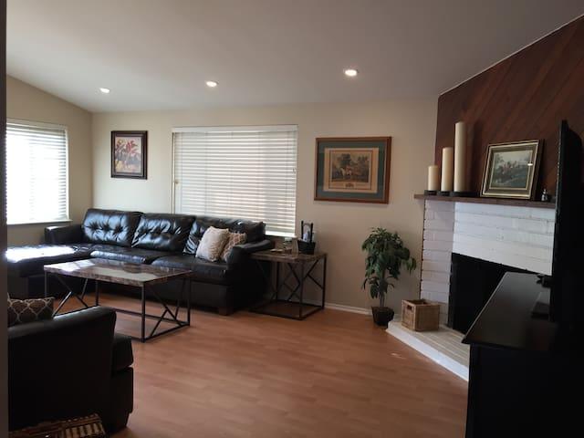 Fr $125 -Lux 3 Bed Costa Mesa -15 min Ocean/Disney - Costa Mesa