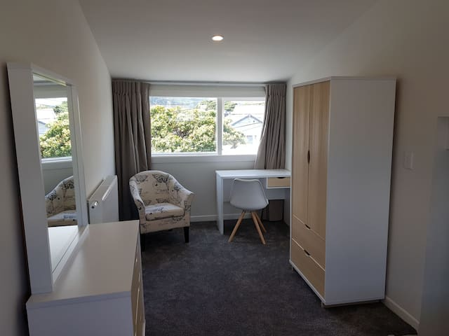 Elizabeth House - In the heart of Petone (Rm 6)