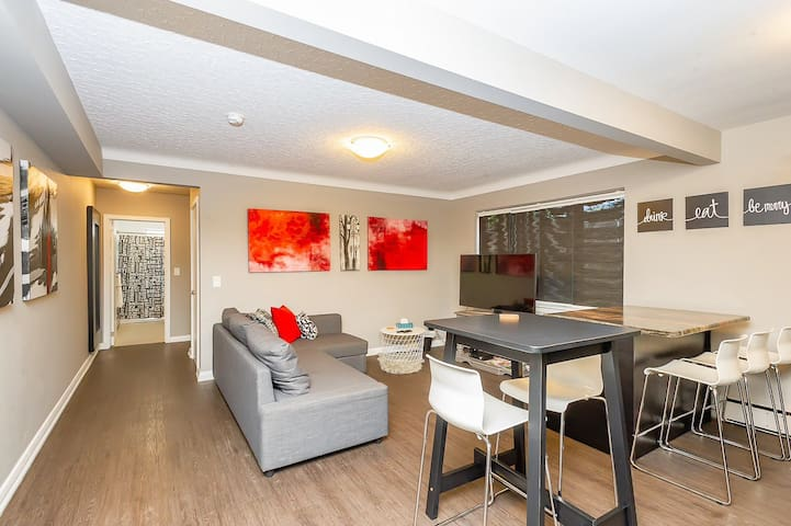 Stylish Canadian Condo 1 Close To Many Attractions