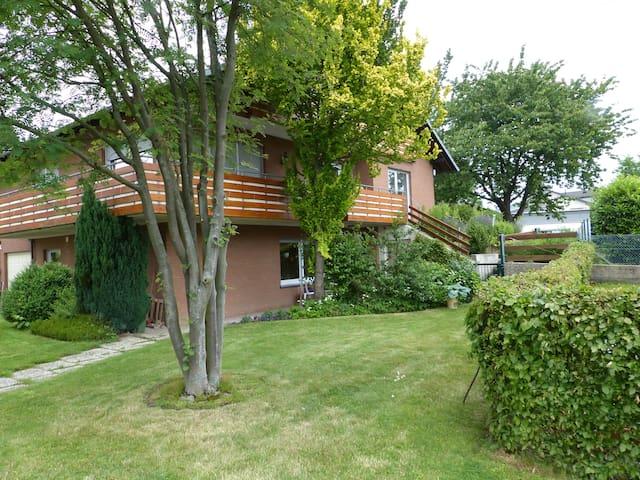 moderne Ferienwohnung mit Terasse und Garten