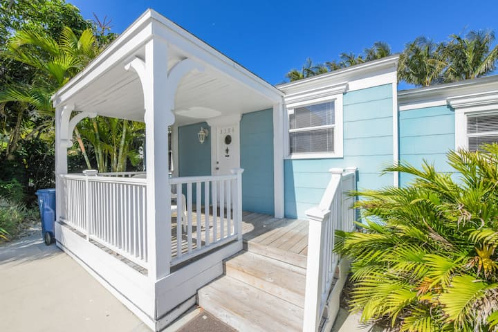 LAZY PALM COTTAGE, HEATED POOL, STEPS TO THE BEACH