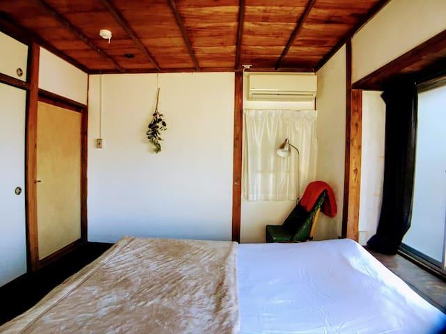 寝室/room3:Guests can sleep up to 2 people in a double bed.