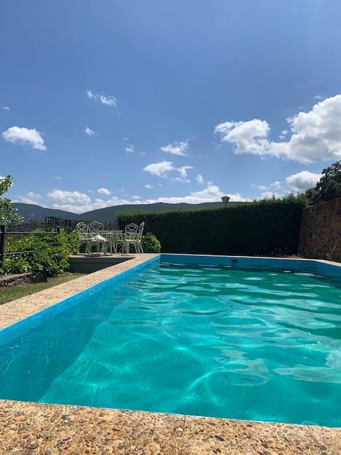 Chalet con piscina y chimenea en Cabañeros