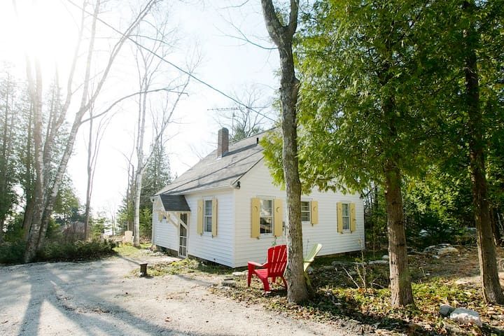 2 Bed 1 Bath Cottage w/ Porch and Lake View