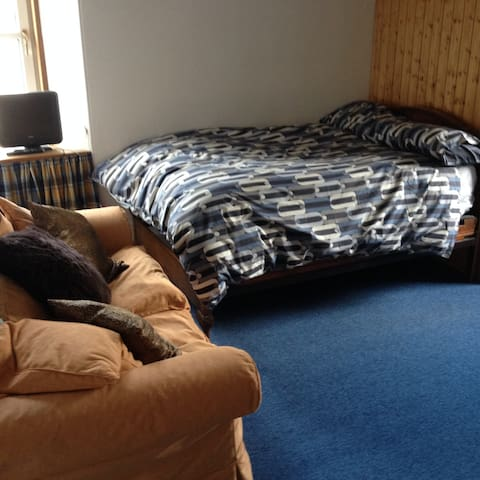 Scottish queen (3/4 size) bed in spacious bedroom