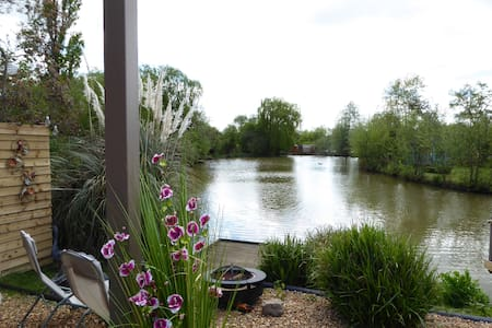 Lily Lake Yurt private HOT TUB set by lake. - Hatfield Peverel - 蒙古包