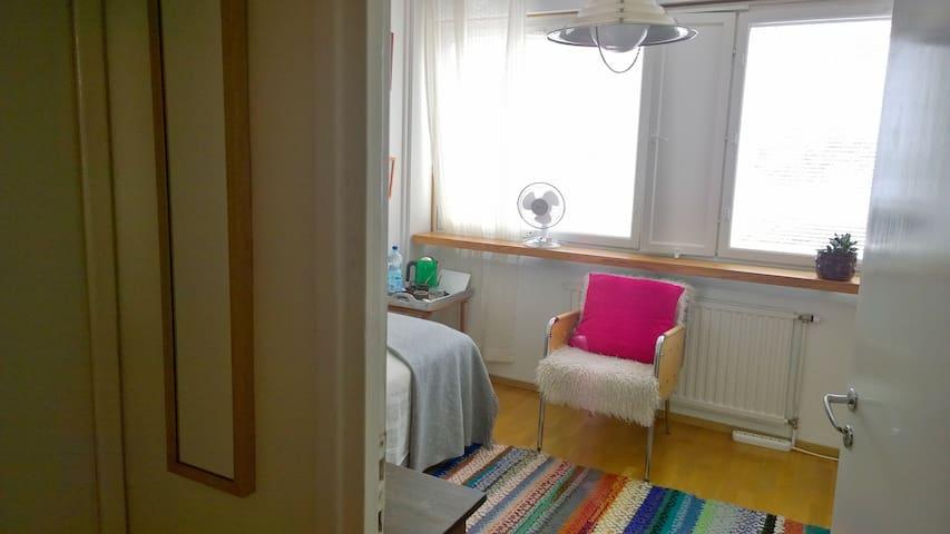 Valoisa huone jossa on oma sisäänkäynti ja wc.