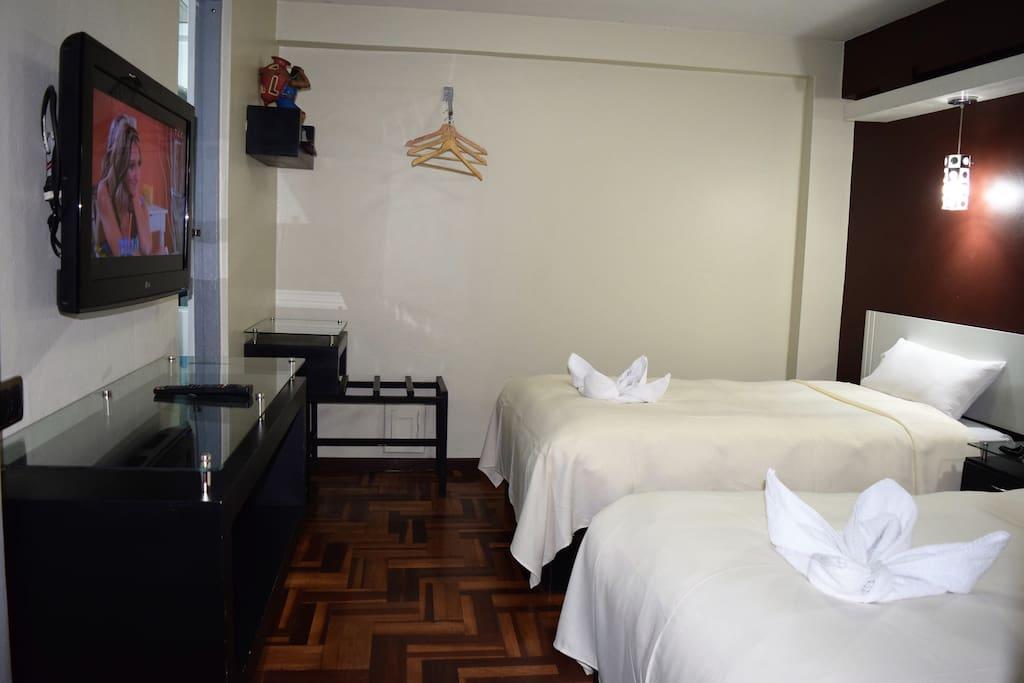 Habitación con baño privado, TV Cable, wifi y dos camas personales.