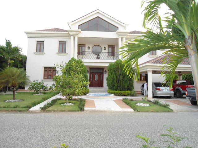 Charming Colonial Golf Home - Playa Juan Dolio - 一軒家