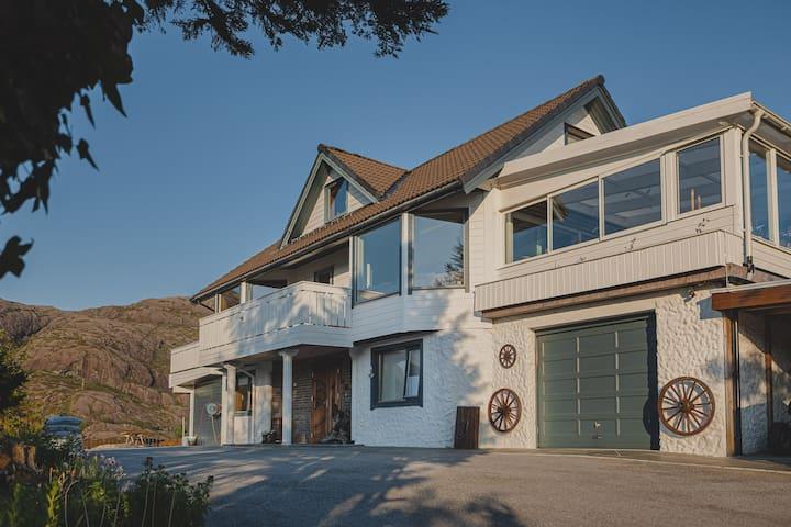 Stor villa (217 kvm) ved fjorden med egen kai
