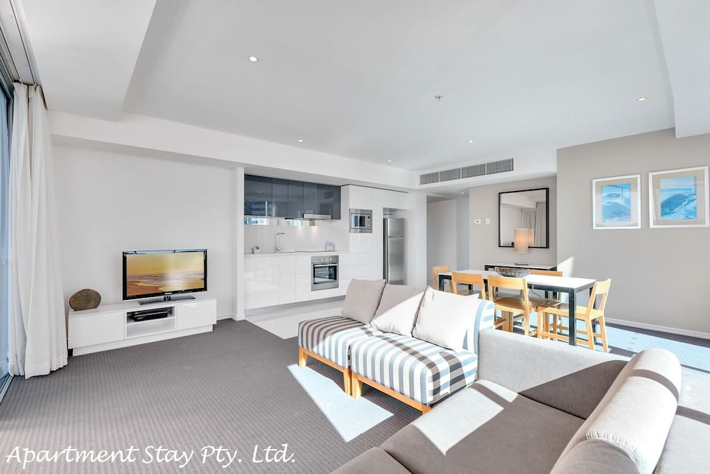 Northern Star Apartment - Has a lounge suite where you can enjoy watching TV with Foxtel and Sports while having a glorious ocean views and skyscape. Apartment has DVD/CD player and DVD library.