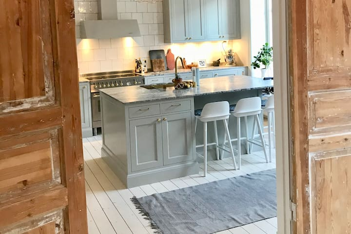 Exclusive 140 m2 apartment in vibrant Linné
