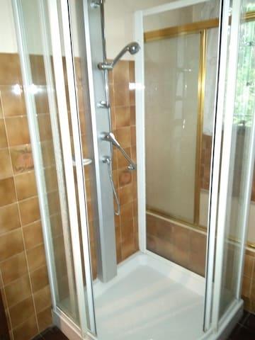 salle de bain RDC avec douche et baignoire