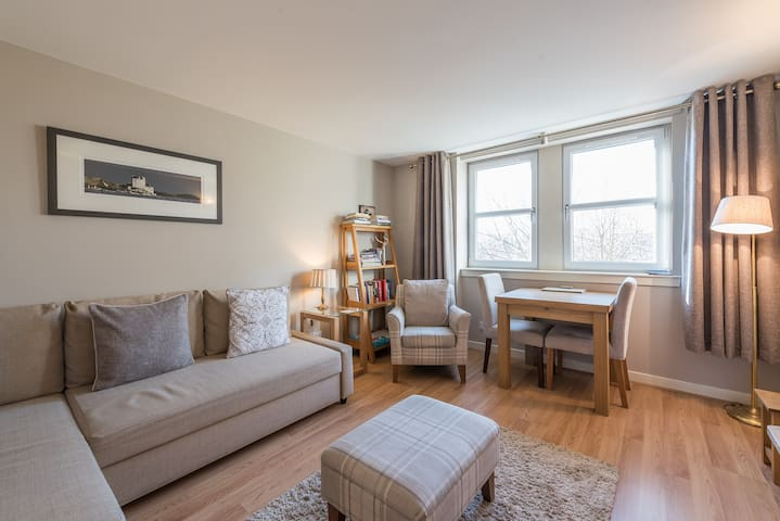 Bright and comfortable living room.