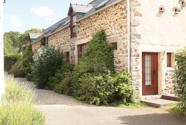 No.4, La Vieille Grange - 2 bedroom gite sleeping 4 - Henansal - House