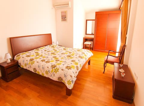 Seaview cute private apartment with king-size bed