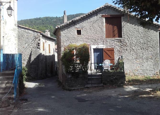 maison  en pierre dans village datant du moyen âge