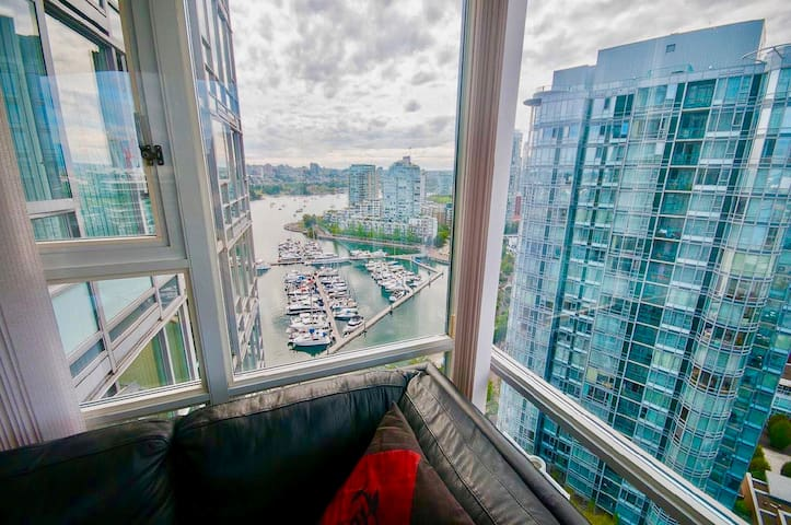Waterfront Luxury Highrise 2br+Study in Yaletown