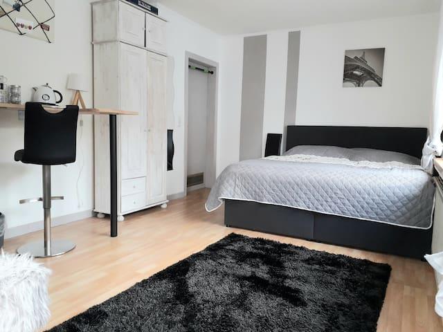 Kleines Zimmer mit separaten Eingang und Bad