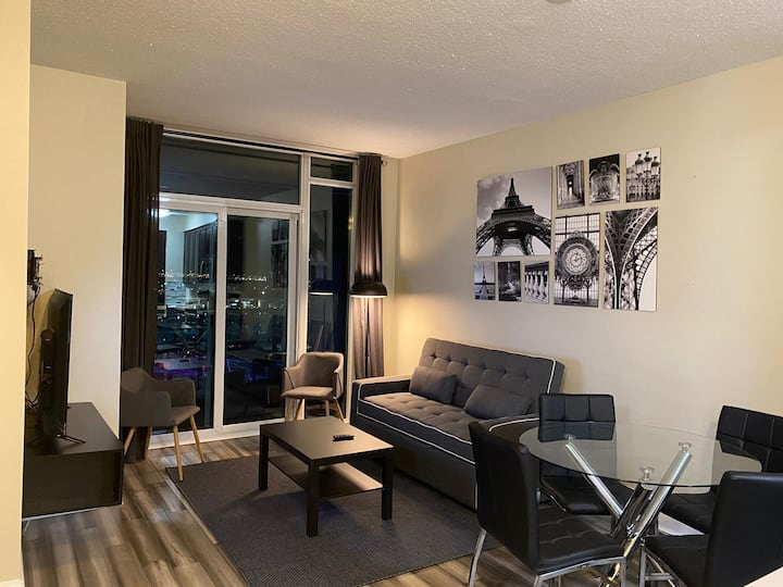 Luxurious 1+Den Condo in Mississauga Downtown