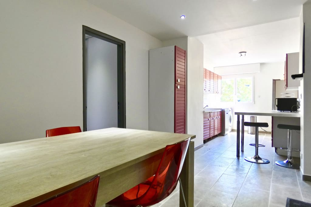 Dining table for 6 people overlooking to the kitchen