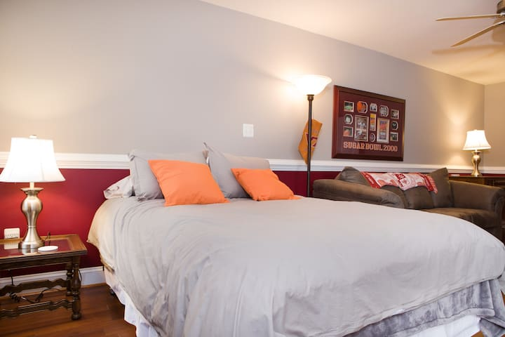 1st floor - Queen sized bed with new linens & various pillows