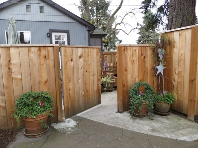 Studio in Private Natural Setting with Spa - Milwaukie - บ้าน