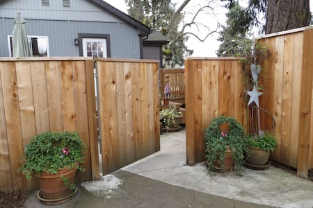 Studio in Private Natural Setting with Spa - Milwaukie