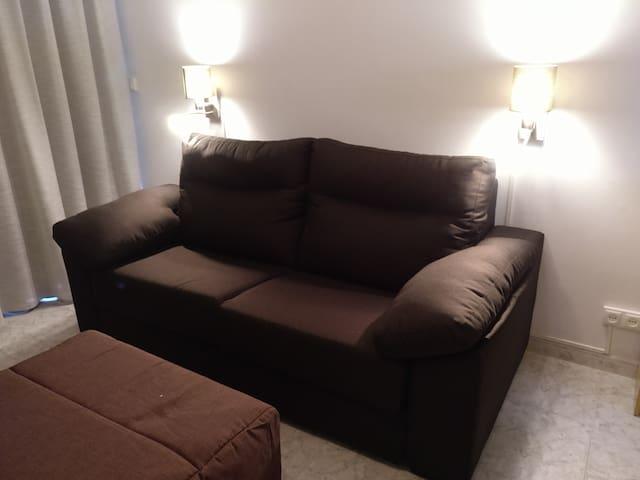 Sofa-lit dans la chambre principale / Sofa-bed in the main room