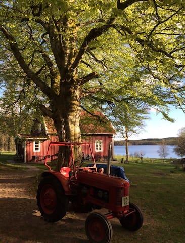 Sjönära idyll med bastu och båt - Borgstena - Huis
