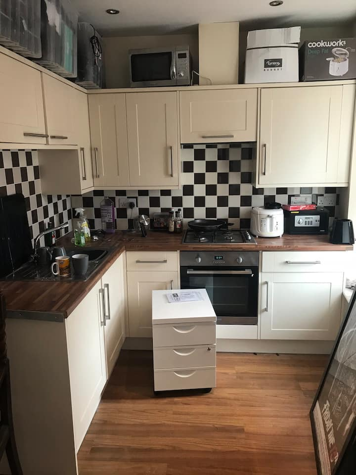 Private kitchen/bedroom 10 mins from Bristol city!