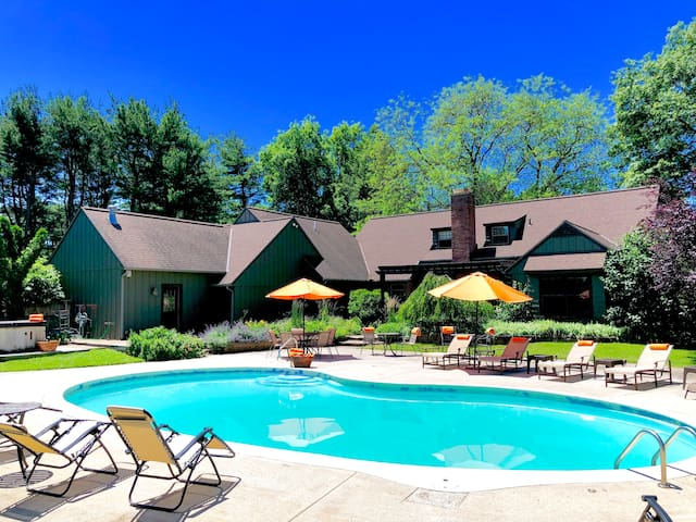 ALLEGAN ACRES:Sleeps18,Pool,HotTub,Retreats/Events