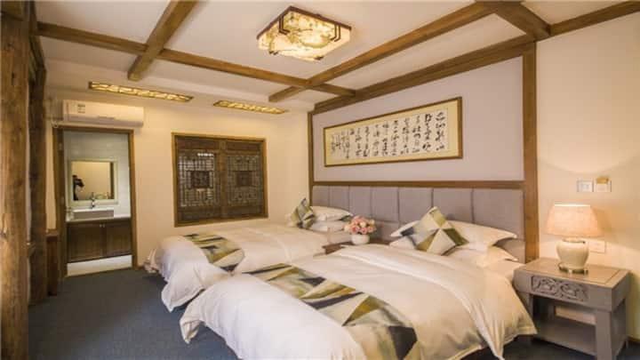 Lijiang Yunju Inn Deluxe Twin Bed Room