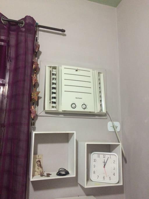 Ar condicionado e ventilador de teto.