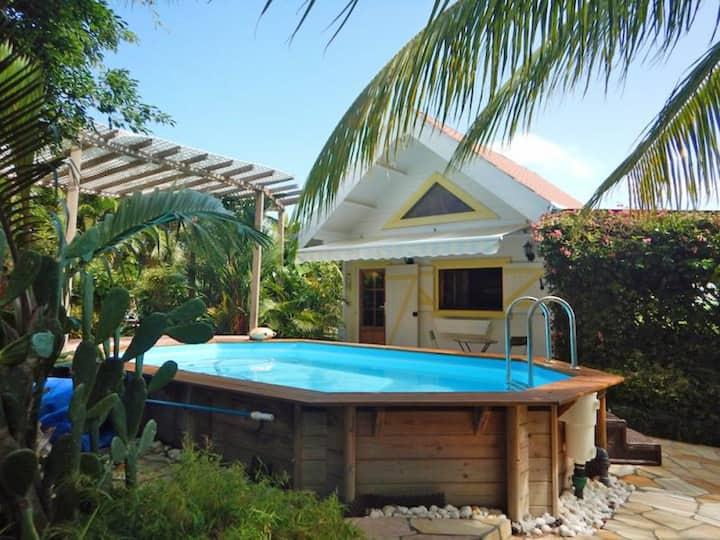 Chalet d'une chambre à Le Vauclin, avec piscine privée, jardin clos et WiFi - à 150 m de la plage