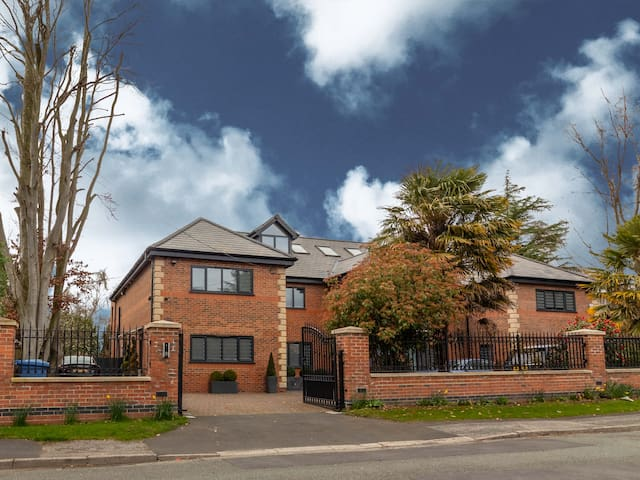 Luxurious & exquisite 3 BR house in Bowdon