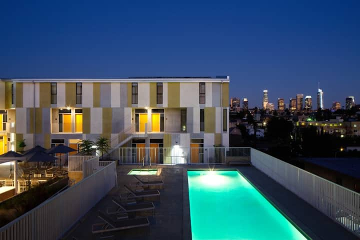 Breathtaking 1 BDR W/POOL & HOT TUB IN HEART OF LA