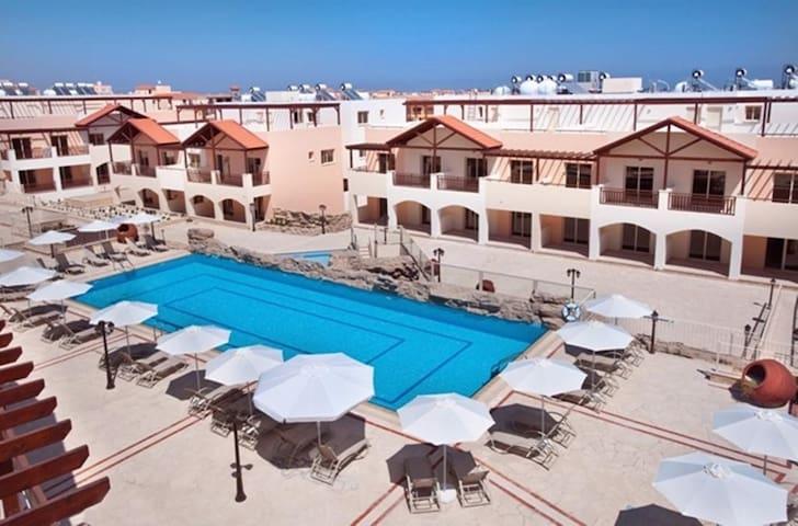 Apartment mit großem Pool - Meer- & Flughafen nah - Tersefanou - Appartement