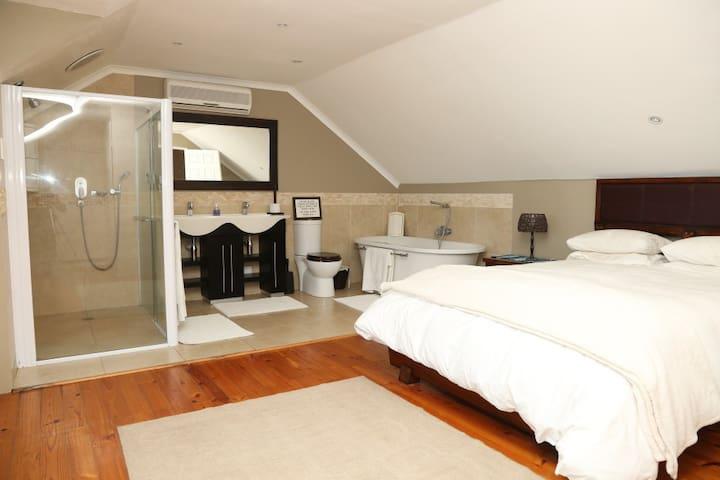 Main loft bedroom en-suite