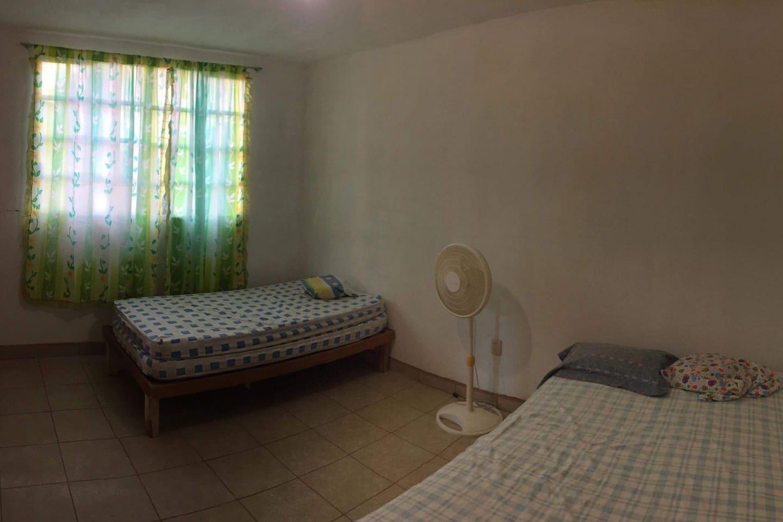 Dormitorio 4 con cama matrimonial e individual.